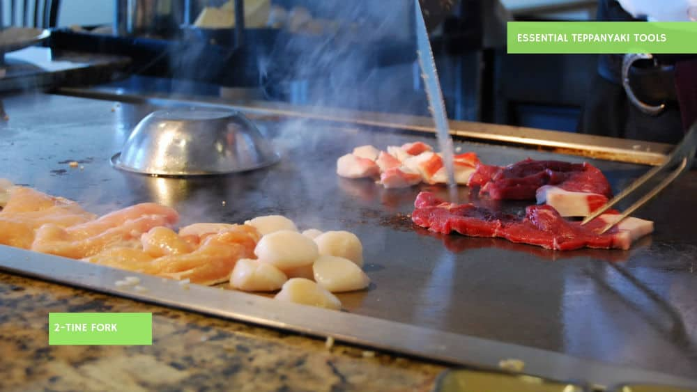 Use the 2-tine fork tool in combination with a knife for Teppanyaki cooking